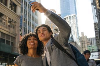 Yara Shahidi e Charles Melton in una scena del film Il sole è anche una stella