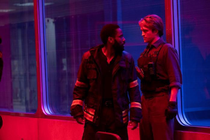 I due protagonisti di Tenet si confrontano sotto una luce rossastra