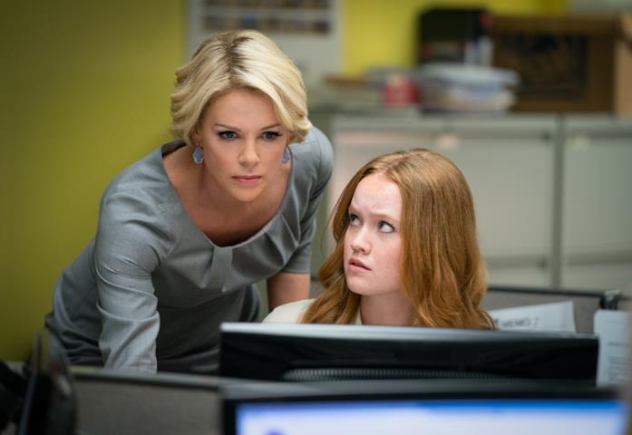 Megyn e una collaboratrice osservano le news sul un pc