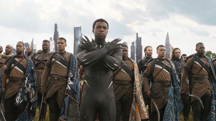 T'Challa (Chadwick Boseman) in primo piano, alle sue spalle l'esercito del Wakanda