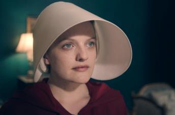Elisabeth Moss in una scena di The Handmaid's Tale