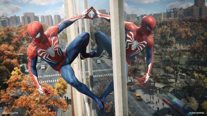 Spider-Man guarda New York dall'alto in uno screen di Marvel's Spider-Man Remastered per PlayStation 5
