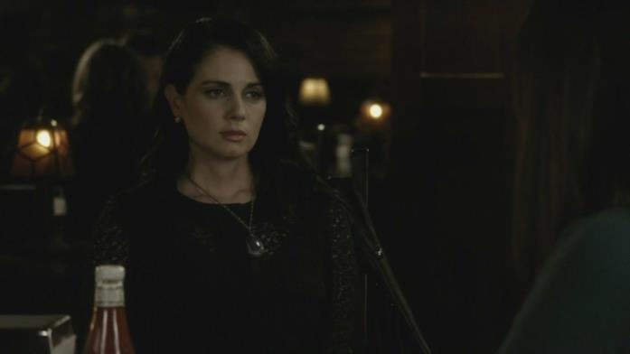 Mia Kirshner in una scena della seconda stagione di The Vampire Diaries