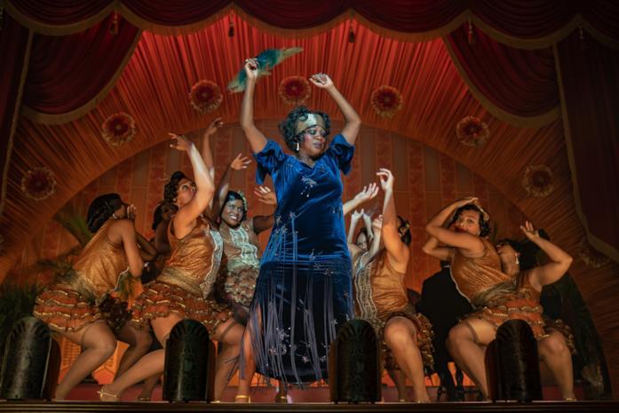 Viola Davis vestita di blu, circondata da ballerine