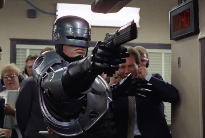 RoboCop con la pistola in mano