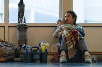 Margaret Qualley in una scena della serie Netflix Maid