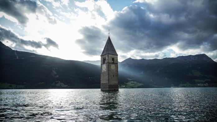 Curon, il campanile del lago di Resia nella serie Netflix