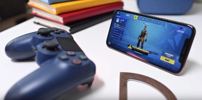 Un controller per PlayStation 4 abbinato ad iPhone X