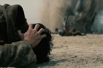 Una delle primissime scene di Dunkirk in cui i bombardieri dell'Asse attaccano la spiaggia