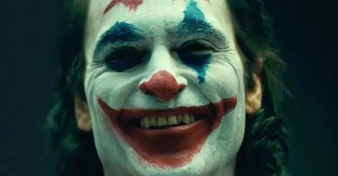 Un primo piano di Joaquin Phoenix nei panni del Joker