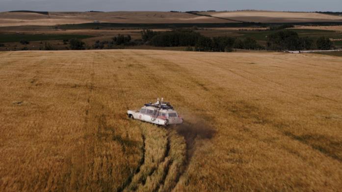 Trevor guida la station wagon in un campo di grano