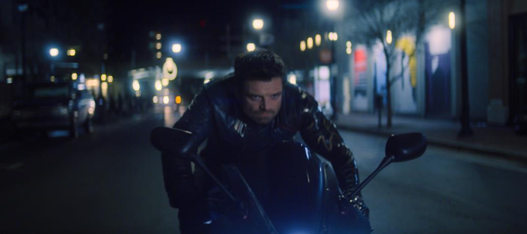 Sebastian Stan è Bucky Barnes in una scena di The Falcon and the Winter Soldier