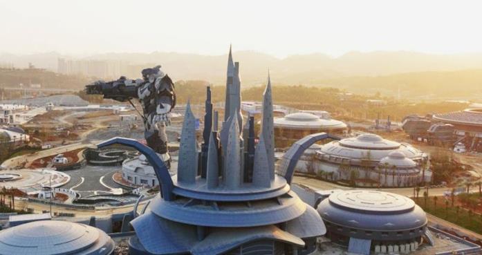 La statua gigante di un robot, una delle attrazioni dell'Oriental Science Fiction Valley