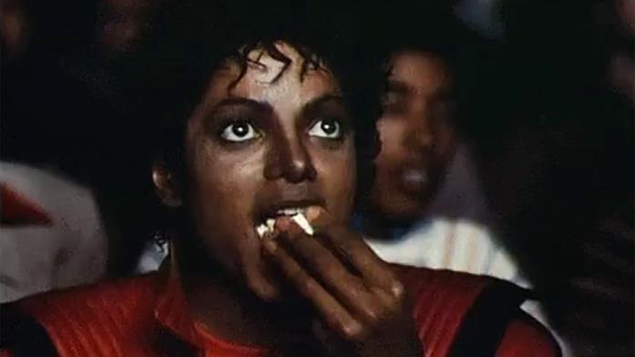 Michael Jackson mangia pop-corn mentre è al cinema