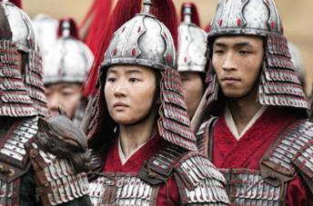 Yifei Liu in una scena del film Mulan
