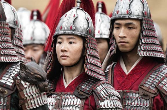 Dalla polizia di Hong Kong agli Uiguri, ecco perché Mulan è al centro di ardenti polemiche