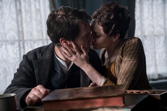 Edison e la moglie si baciano in una scena del film