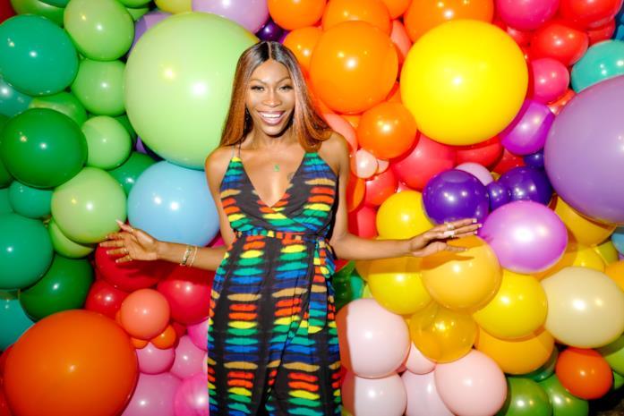 Dominic Jackson con sullo sfondo dei palloncini colorati