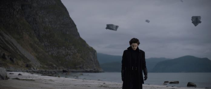 Paul Atreides cammina su una spiaggia solitaria del suo pianeta natale