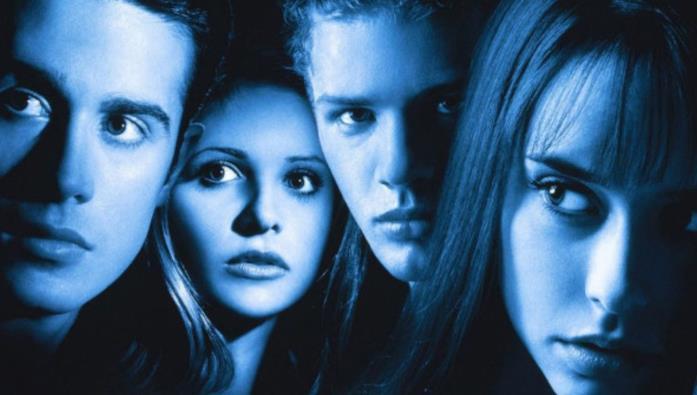 I volti illuminati di blu dei quattro protagonisti del film So cosa hai fatto