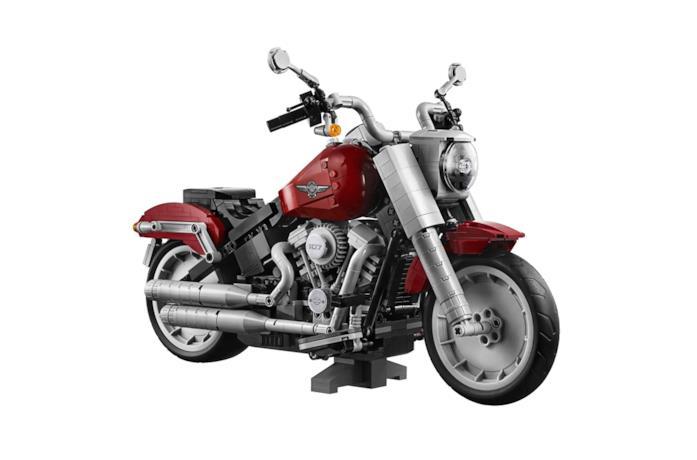 Un primo piano della Harley-Davidson Fat Boy realizzata coi mattoncini LEGO