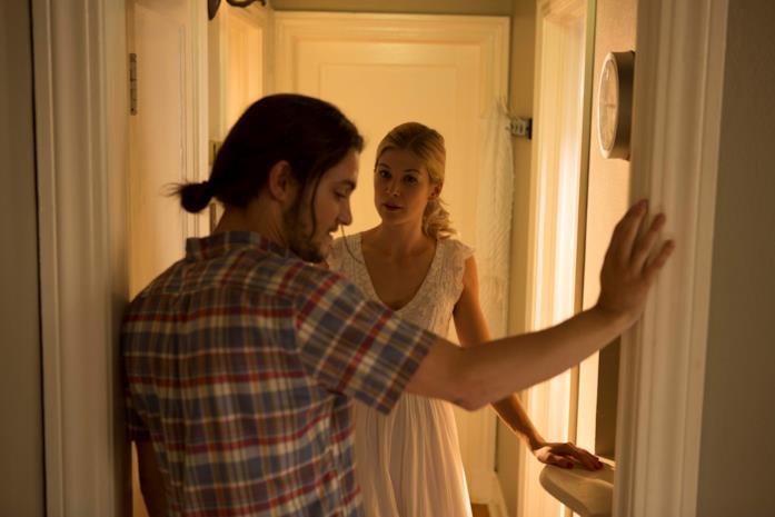 Shiloh Fernandez e Rosamund Pike in una scena del film Return to Sender - Restituire al mittente