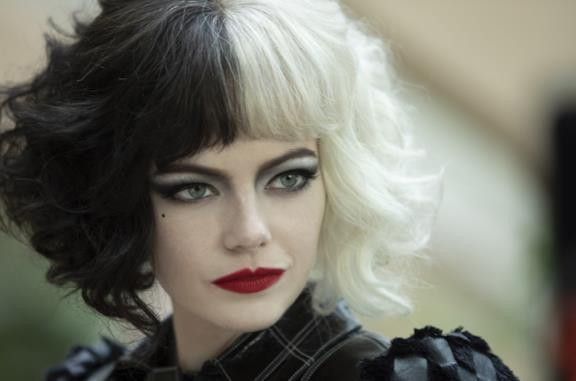 Emma Stone in una foto promozionale del film Crudelia