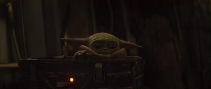 Baby Yoda in una scena della serie The Mandalorian