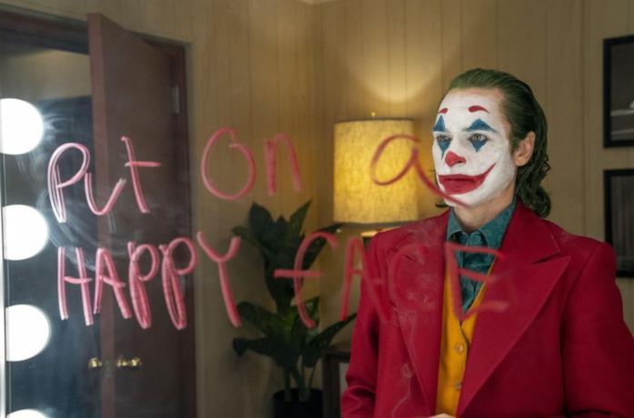 Joker osserva il suo riflesso allo specchio