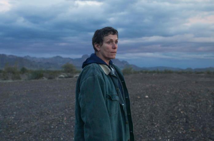 Frances McDormand sotto il cielo azzurro di Nomadland