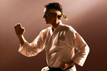 Il protagonista in posa da karateka
