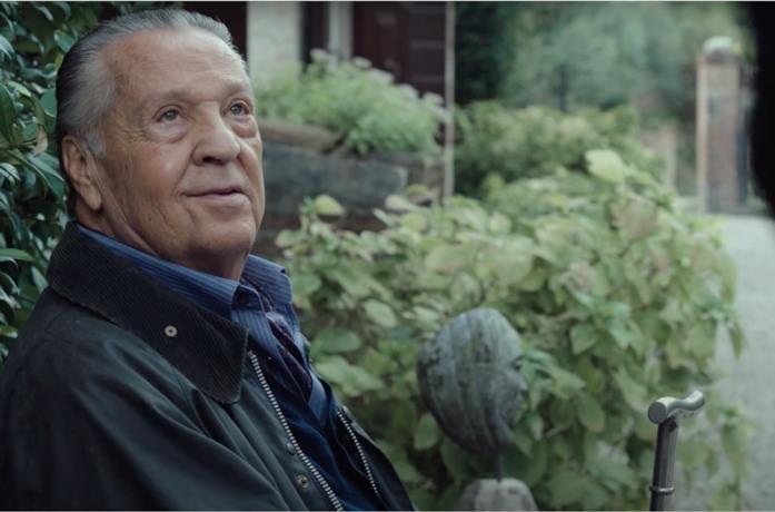 Renato Pozzetto sorride in una scena del film