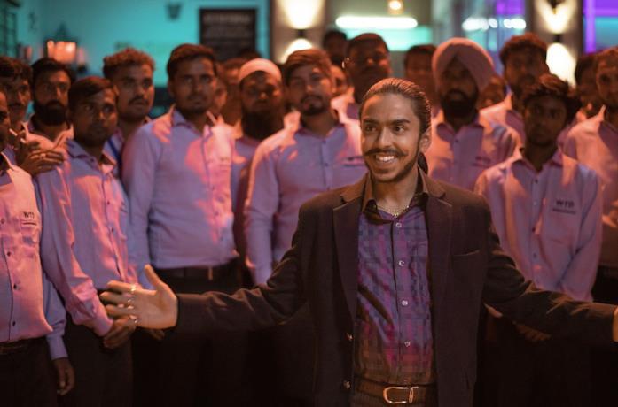 Adarsh Gourav in una scena del film La tigre bianca