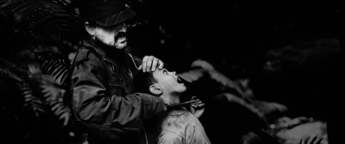 Nacho Vigalondo in una scena del film Fuga nella giungla