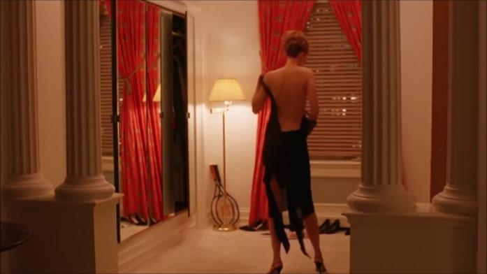 Un'immagine che ritrae Nicole Kidman a figura intera durante una scena di Eyes Wide Shut