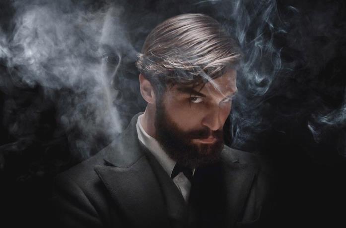L'attore Robert Finster è Freud circondato dal fumo di sigaro