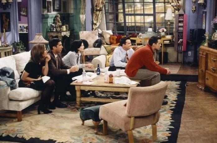 Il cast di Friends guarda la TV