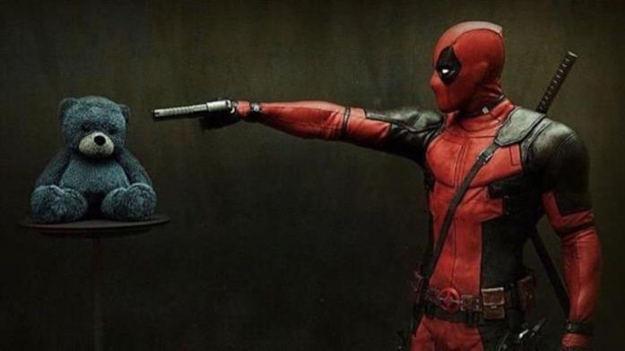 Deadpool (Ryan Reynolds) tiene sotto tiro un orsetto di peluche