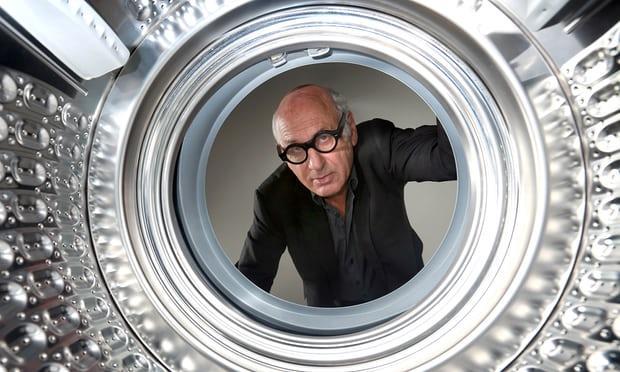Michael Nyman si affaccia nell'oblò della lavatrice in uno scatto di Matt Alexander