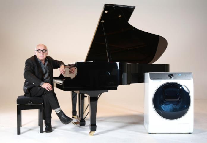 Michael Nyman al pianoforte nella locandina del film Washing Machine – The Movie