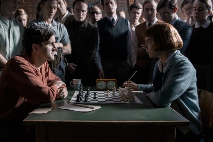 Anya Taylor-Joy e Harry Melling in una scena della serie La regina degli scacchi