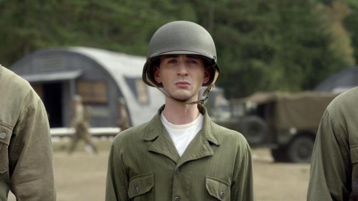 Steve Rogers, ancora smilzo, si arruola nel primo Captain America