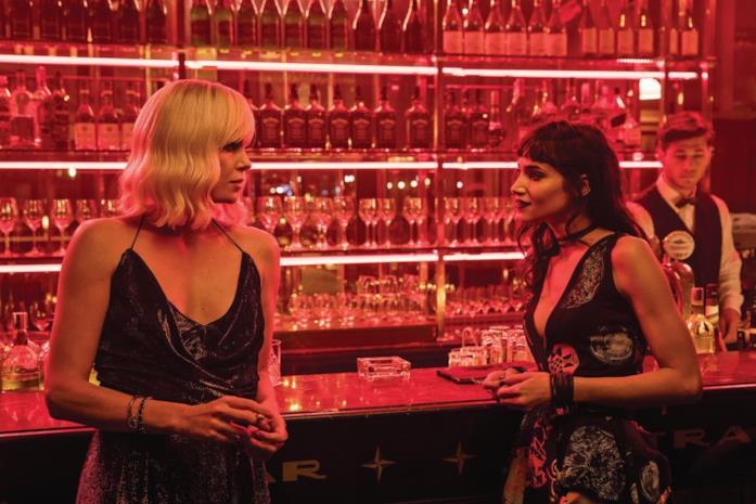 Charlize Theron e Sofia Bautella in Atomica bionda