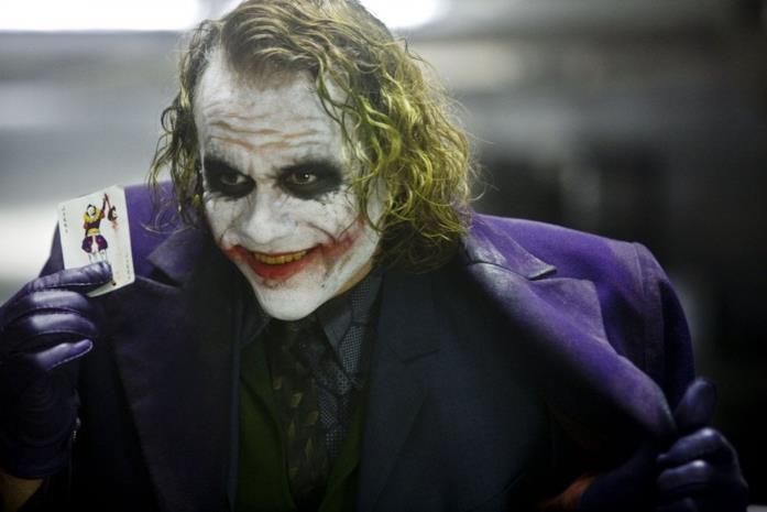 Mezzobusto di Heat Ledger truccato da Joker con una carta da gioco in mano