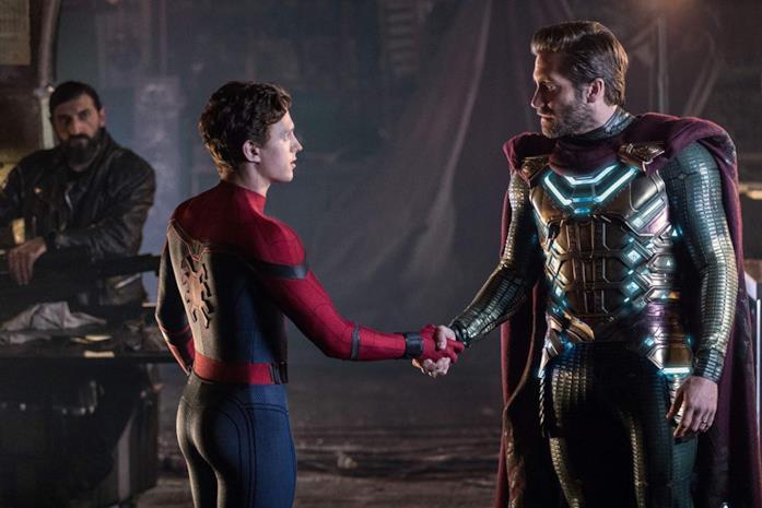 Peter Parker e Quentin Beck si stringono la mano in Spider-Man: Far From Home