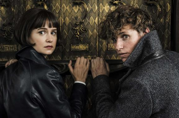Katherine Waterston ed Eddie Redmayne in Animali fantastici: I crimini di Grindelwald