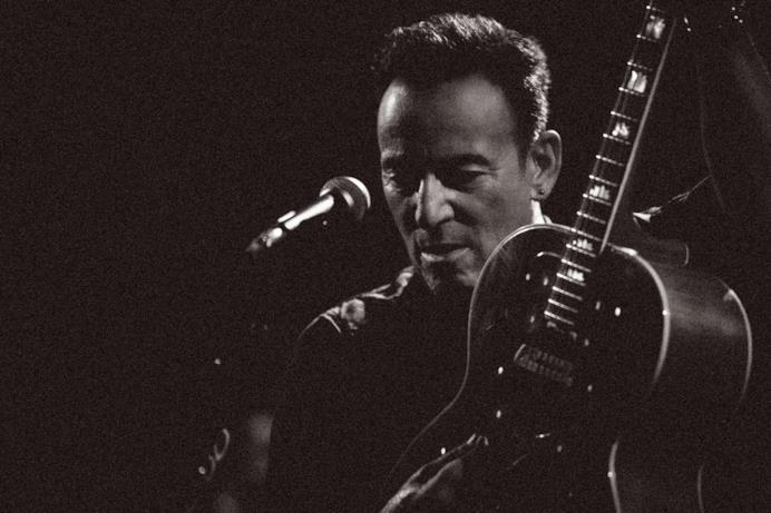 Un'immagine da Western Stars mostra Springsteen che suona