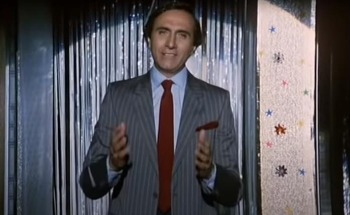 """Pippo Baudo in una scena del film """"FF.SS."""", cioè... che mi hai portato a fare sopra a Posillipo se non mi vuoi più bene?"""