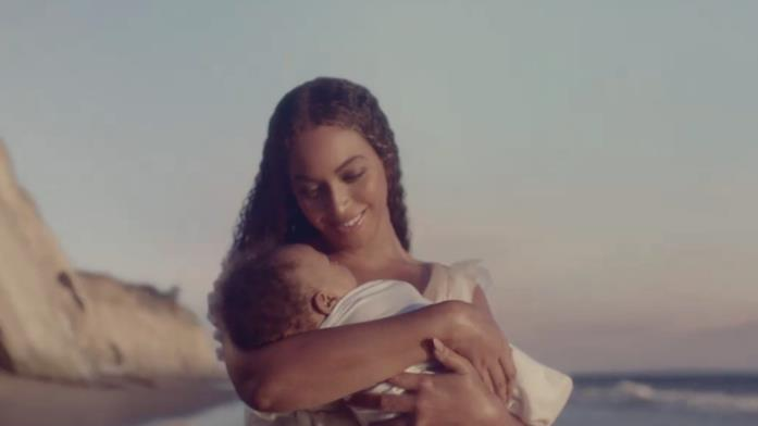 Beyoncé regge un bimbo in braccio