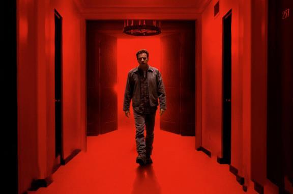 Ewan McGregor in una stanza rossa